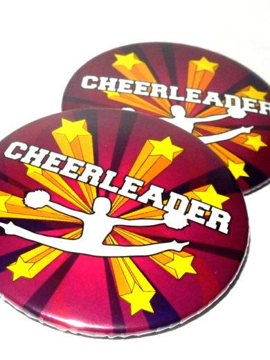 retro przypinka z gwaizdkami postacią w skoku toetouch i napisem cheerleader
